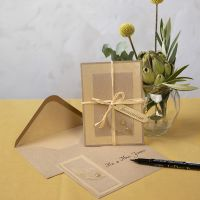 Uitnodiging van recycled karton met skelet bladeren