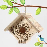 Vogelhuis gedecoreerd door houtbranden