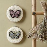 Vlinders geborduurd met punchnaald in borduurraam