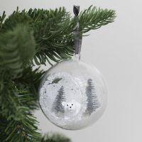 Kerstbal met opening aan de voorkant gedecoreerd met minifiguren en kunstsneeuw