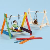 Miniatuur schommel van constructiehoutjes